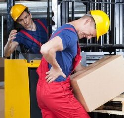 Trabalhador carregando caixa com lesão na coluna